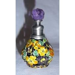 Flacon en verre recouvert de métal décoré de fleurs