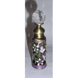 Flacon en verre recouvert de métal décoré de fleurs violettes et papillons
